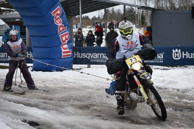 Mykolas Paulavičius ir Eimantas Budreckis skijoringo varžybose Latvijoje   Organizatorių nuotr.