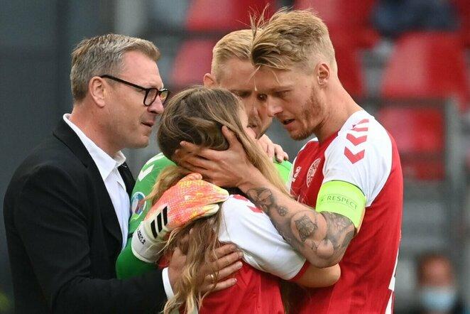Simonas Kjaeras guodžia Christiano Erikseno žmoną   Scanpix nuotr.