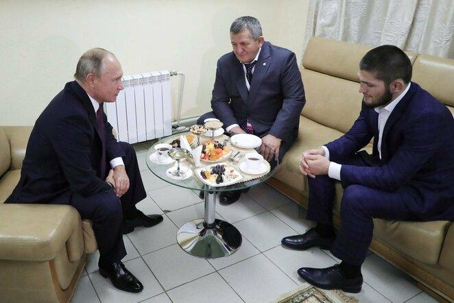 Vladimiras Putinas su Nurmagomedovais | Scanpix nuotr.