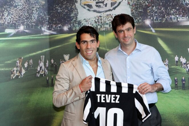 Carlosas Tevezas (kair.) ir klubo prezidentas Andrea Agnelli | LaPresse/Scanpix nuotr.