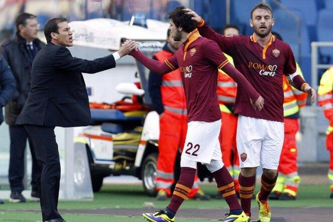 """Roma"" treneris Rudia Garcia (kair.) sveikina Mattia Destro   Reuters/Scanpix nuotr."
