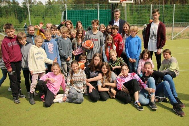 LKF prisidėjo prie krepšinio aikštelės įrengimo Vilniaus Valdorfo Žaliojoje mokykloje   krepsinionamai.lt nuotr.