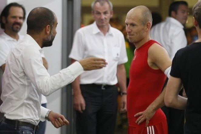 Josepas Guardiola (kair.) ir Arjenas Robbenas (deš.) | Reuters/Scanpix nuotr.