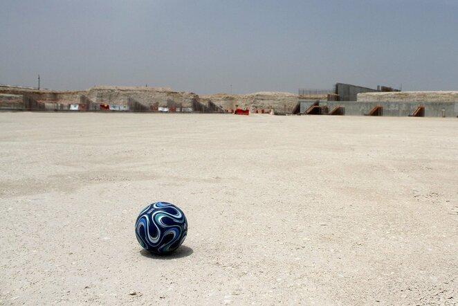 Futbolo kamuolys prie statomo stadiono | Scanpix nuotr.