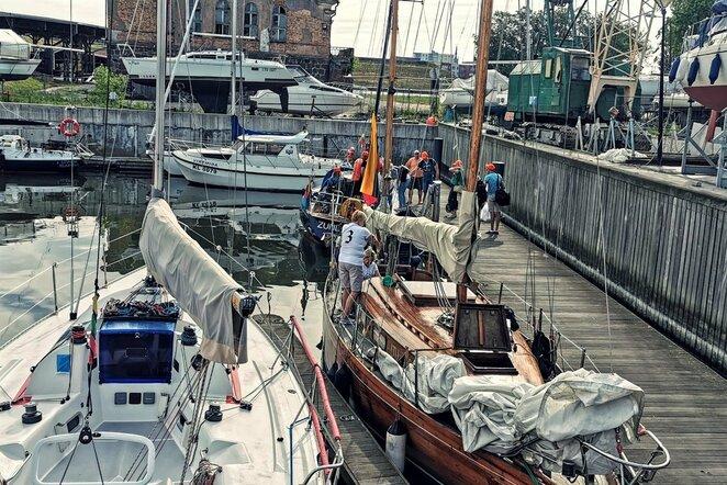Komandinį darbą stiprina Klaipėdoje organizuojami buriavimo mokymai ir jachtų regata | Organizatorių nuotr.