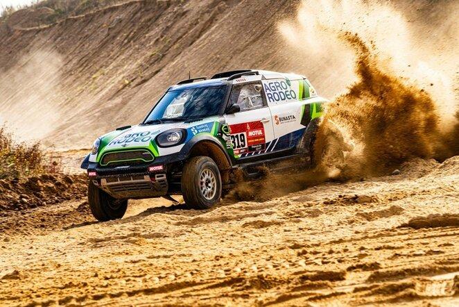 """Vaidotas Žala išbandė perrinktą ir Dakarui paruoštą """"Mini""""   """"Agrorodeo"""" komandos nuotr."""