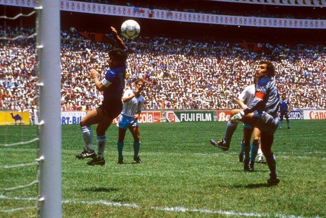 1986-ųjų pasaulio čempionato akimirka. Rungtynės tarp Argentinos ir Anglijos: smūgiuoja Diego Maradona, dešinėje - Peteris Shiltonas | Scanpix nuotr.