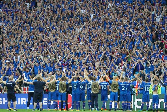 Islandijos rinktinė džiaugiasi su fanais | Scanpix nuotr.