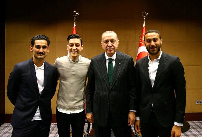 M.Ozilas ir I.Gundoganas pozuoja su Turkijos prezidentu  | NKL nuotr.