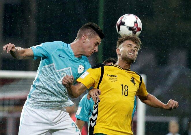 Artūras Žulpa ir Benjaminas Verbičius kaunasi dėl kamuolio | Scanpix nuotr.
