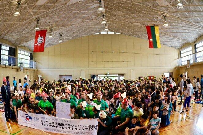 Japonija lengvaatlečius pasitiko trispalvių jūra ir šokiais | Organizatorių nuotr.